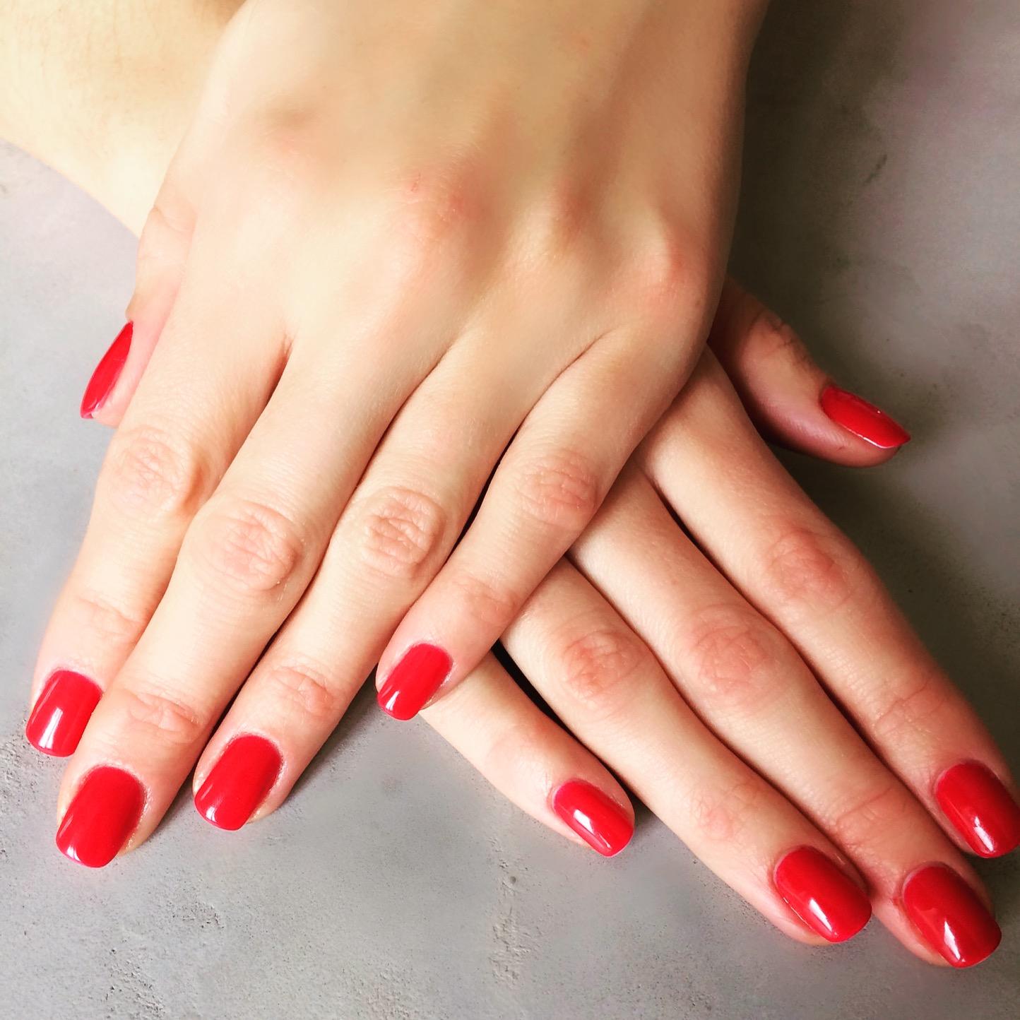 photo de mains avec un vernis rouge aucamville